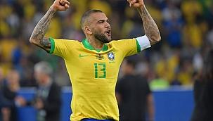 Daniel Alves é cortado da seleção brasileira