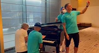 """Pia toca """"Anunciação"""" no piano, e faz a alegria dos jogadores da Seleção"""
